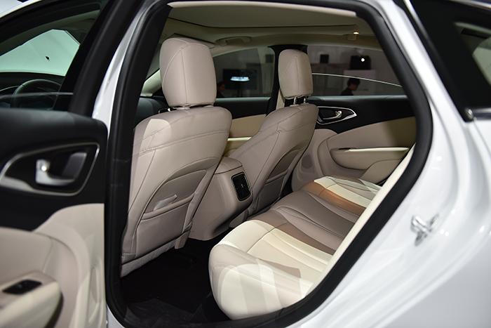 crysler_200_rear_seat