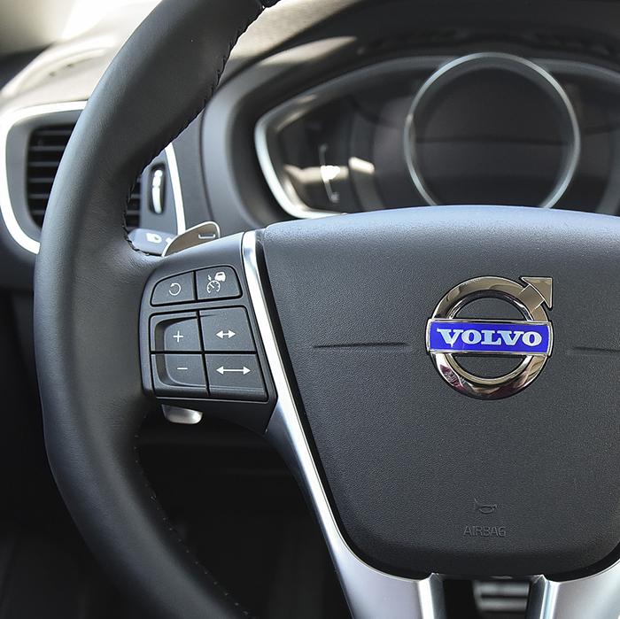 어댑티브 크루즈 컨트롤 조작 버튼. 기능이 활성화 된 상태로 정차했을 때, 맨 위 왼쪽 반시계방향으로 돌아가는 모양 버튼을 누르면 차가 알아서 출발한다. 출퇴근시 유용하게 쓰이는 버튼이다