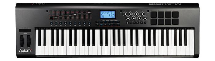 M-audio의 Axiom61 : 61개의 건반으로 이뤄진 보급형 마스터키보드. 리듬 컨트롤 등 편의를 위한 8개의 터치 패드(우측 상단)를 제공하지만 입력 센서가 민감하지 않아 큰 도움은 안 된다.