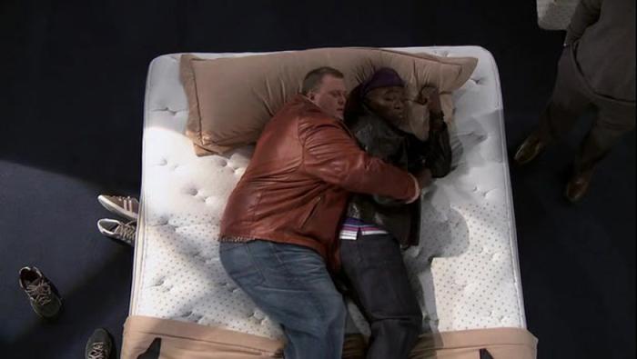 몰리를 위해 침대를 쇼핑 중인 마이크와 칼