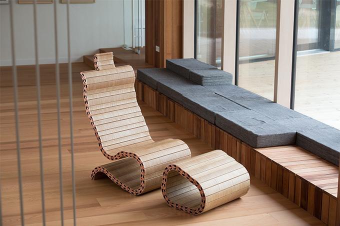 작은 나무조각이 모여 이뤄진 큰 의자