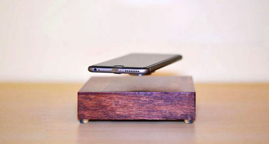 스마트폰을 공중부양시키는 무선 충전기
